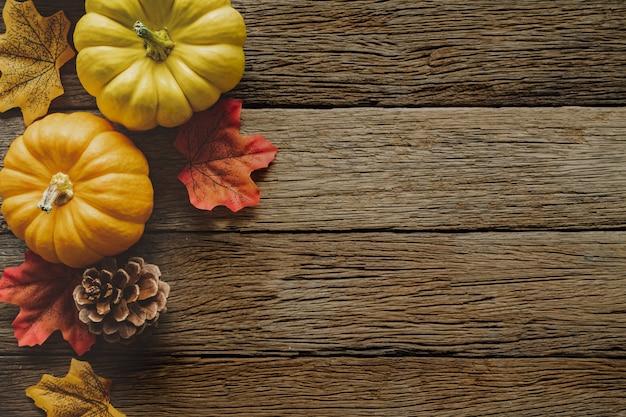 Fundo de dia de ação de graças outono com frutas e folhas caídas Foto Premium