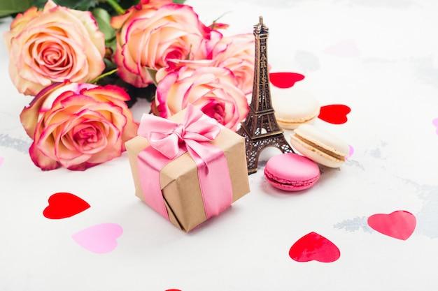Fundo de dia dos namorados com rosas, torre eiffel e corações decorativas Foto Premium
