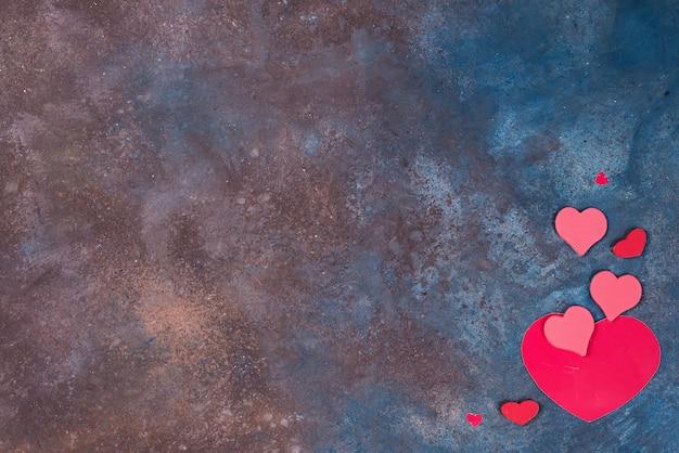 Fundo de dia dos namorados lindo com corações vermelhos em fundo de pedra Foto Premium