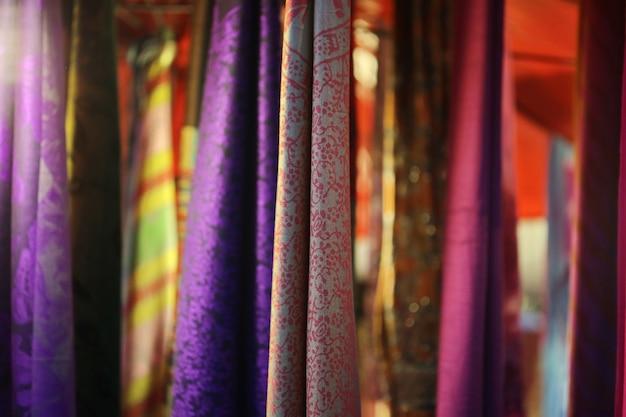 Fundo de enforcamento de tecido colorido Foto Premium
