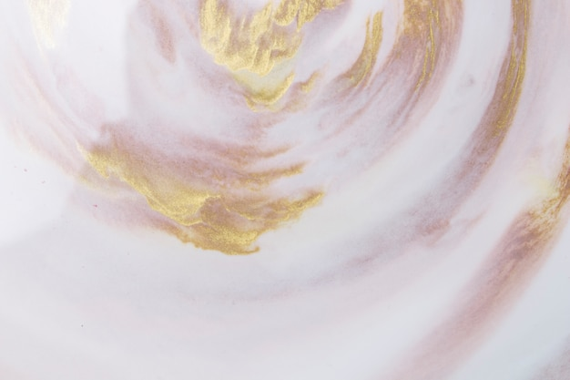Fundo de espuma branca texturizada decorativa com gota de tinta dourada e marrom Foto gratuita