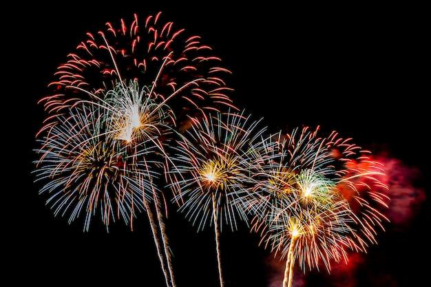 Fundo de exibição de fogo de artifício para aniversário de comemoração Foto gratuita