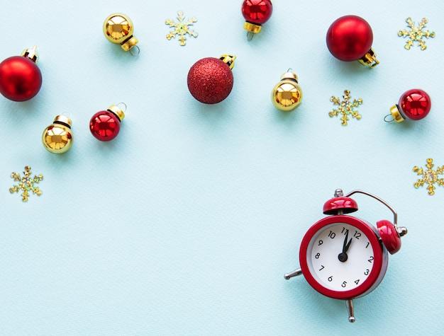 Fundo de férias de natal com despertador e bolas Foto Premium