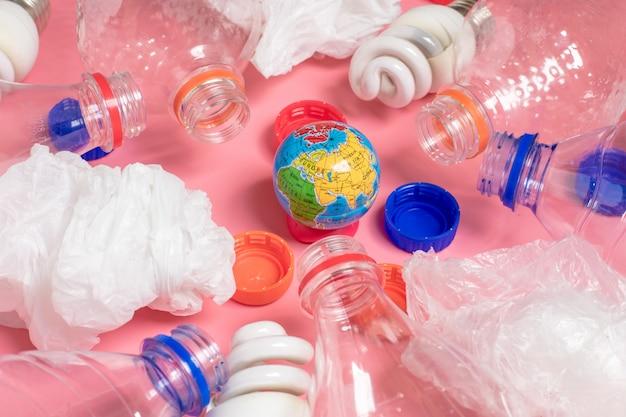 Fundo de garrafas de plástico transparente, sacos de plástico, fluorescente, globo. lay plana Foto Premium