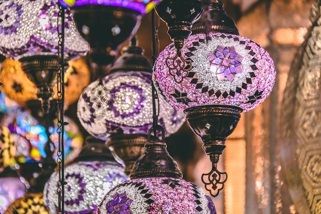 Fundo de lâmpadas e lanternas de mosaico marroquino ou turco; foco seletivo Foto Premium