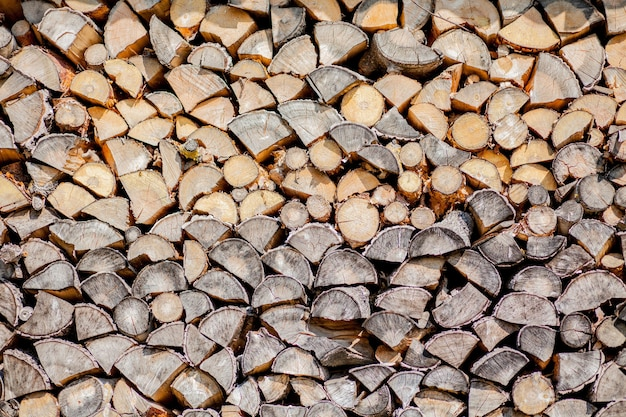 Fundo de lenha, parede de lenha, fundo de lenha picada seca registra em uma pilha. Foto Premium