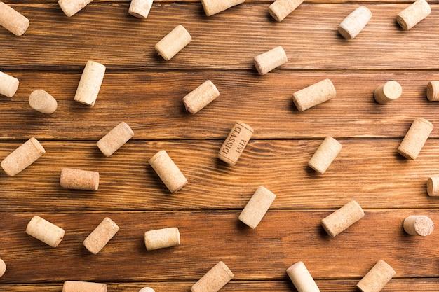 Fundo de madeira cheio de rolhas de vinho Foto gratuita