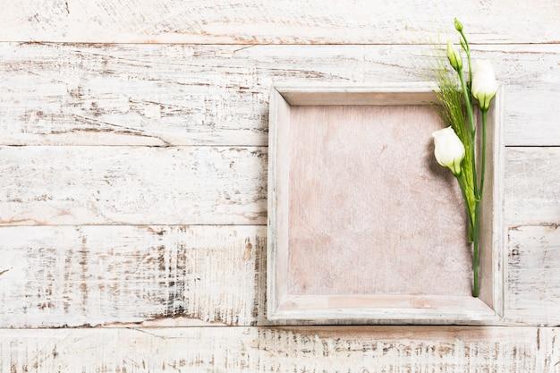 Fundo de madeira com buquê de flores brancas Foto Premium