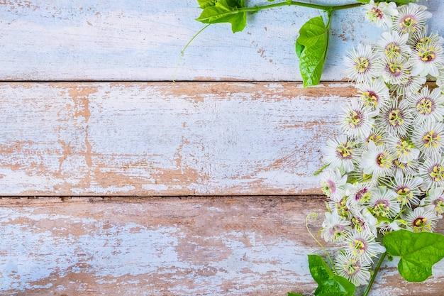 Fundo de madeira com flores Foto Premium