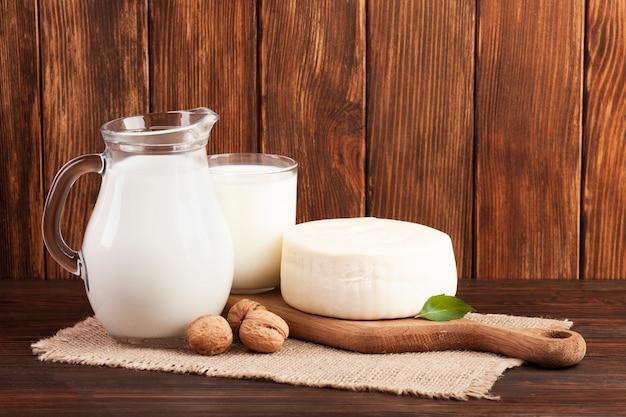 Fundo de madeira com produtos lácteos Foto Premium