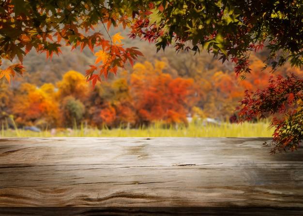 Fundo de madeira da tabela na paisagem do outono com espaço vazio. Foto Premium