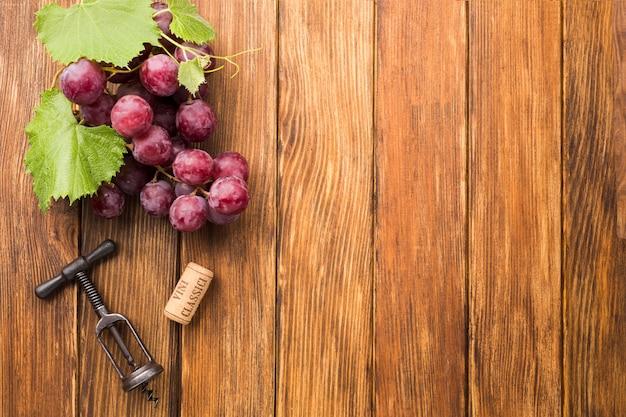 Fundo de madeira minimalista com uvas Foto gratuita