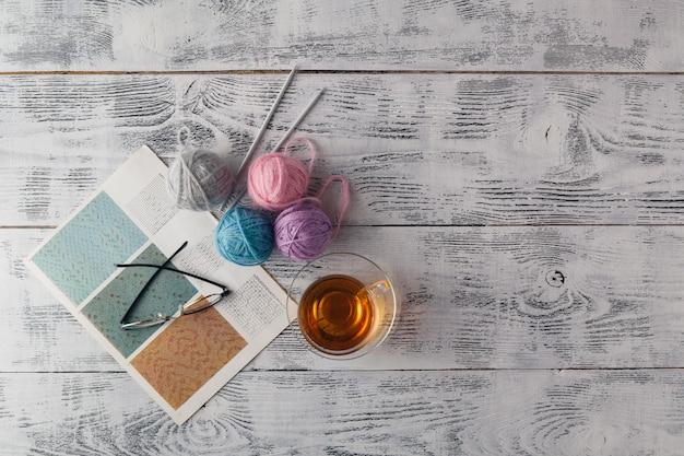 Fundo de malha com agulha de tricô e novelo de lã, tricô é hobby, atividades de lazer de muitas pessoas no tempo livre, também fazem muitos produtos artesanais Foto Premium