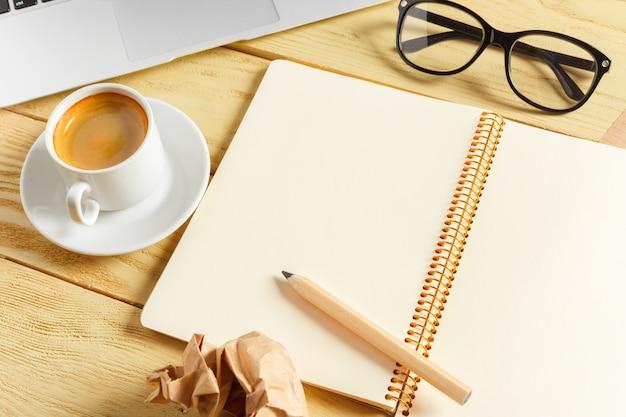 Fundo de mesa de escritório com xícara de café, lápis e teclado de computador. conceito de local de trabalho ou espaço de trabalho de negócios. Foto Premium