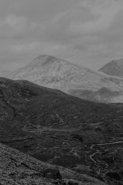 Fundo de montanhas em preto e branco Foto gratuita