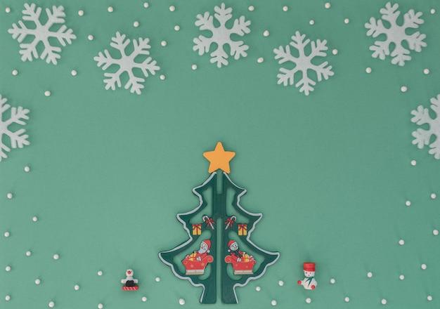 Fundo de natal com árvore de natal de madeira, flocos de neve brancos, decorações Foto Premium