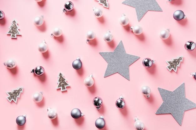 Fundo de natal com bolas de prata, estrelas na rosa Foto Premium