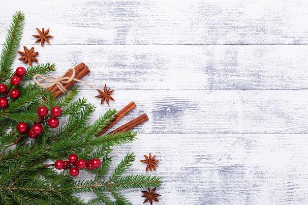 Fundo de natal com paus de árvore e canela de abeto na mesa de madeira. faixa horizontal Foto Premium