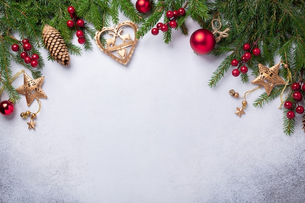 Fundo de natal com presentes de abeto, vermelho e dourado Foto Premium