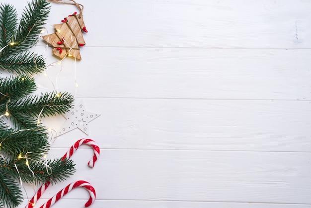 Fundo de natal e decoração com confetes de ramos de abeto e luz de natal Foto Premium