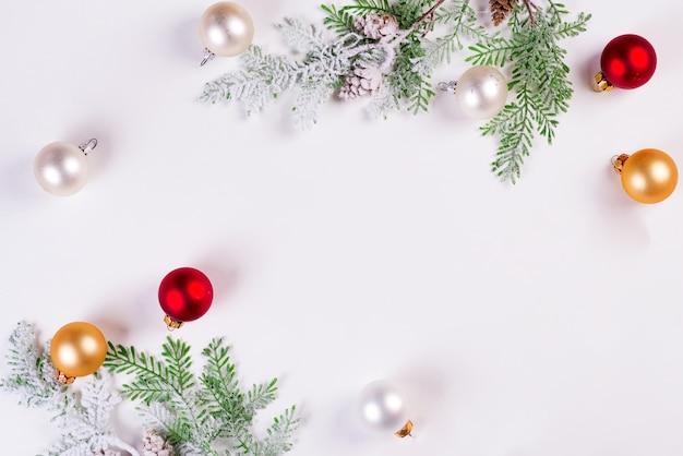Fundo de natal. galho de árvore do abeto de natal com bolas. copyspace, vista superior Foto Premium