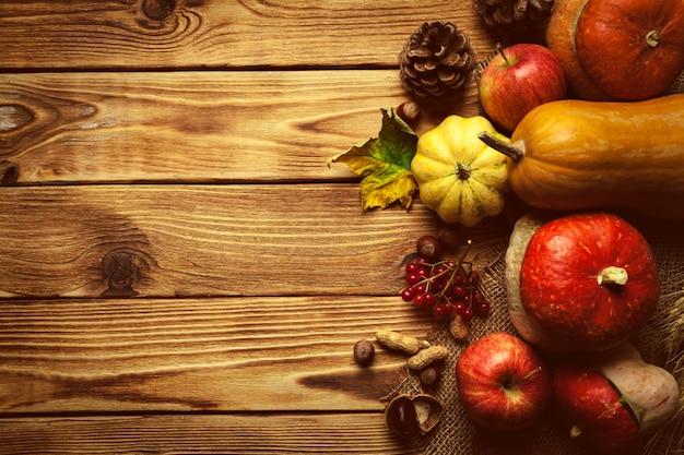 Fundo de outono com frutas na mesa de madeira Foto Premium