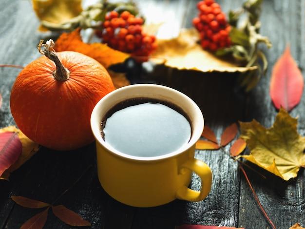 Fundo de outono. uma xícara de café expresso com folhas de outono e abóbora. dia de ação de graças Foto Premium