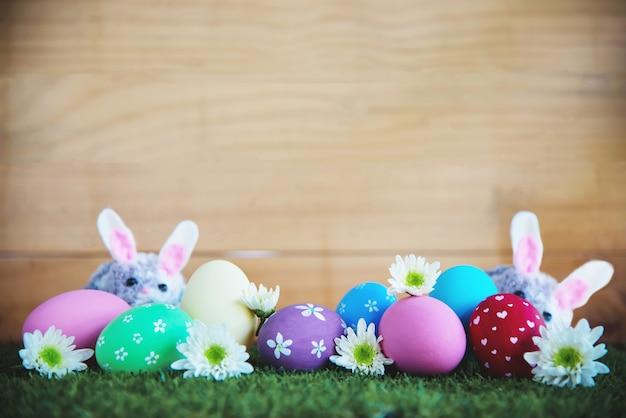 Fundo de ovos de páscoa coloridos pintados - conceito de fundo de celebração de feriado de páscoa Foto gratuita