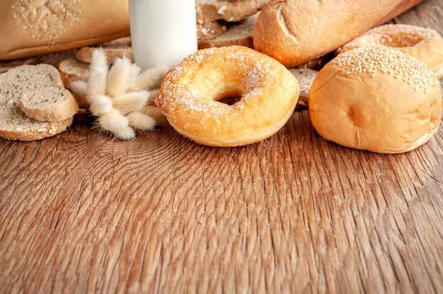 Fundo de pães mistos na mesa de madeira. Foto Premium