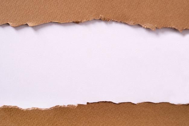 Fundo de papel branco rasgado centro tira marrom Foto gratuita