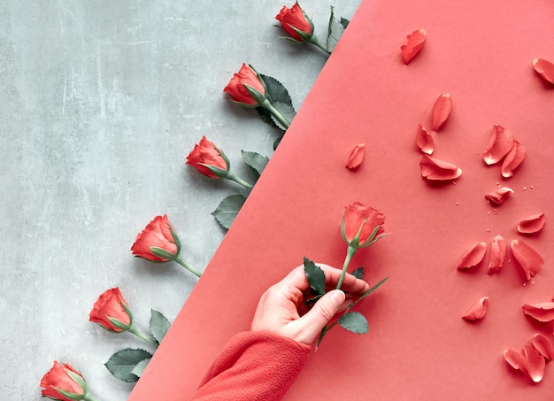 Fundo de papel geométrico diagonal na pedra. vista plana, cumprimentando o conceito de dia dos namorados, aniversário, dia das mães ou outra pequena ocasião. Foto Premium