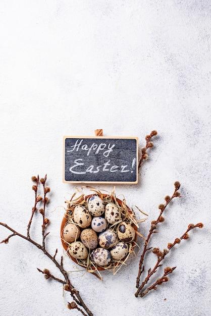 Fundo de páscoa com ovos de codorna e salgueiro Foto Premium