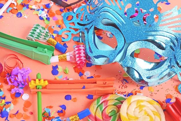 Fundo de purim com máscara de carnaval e fantasia de festa Foto Premium