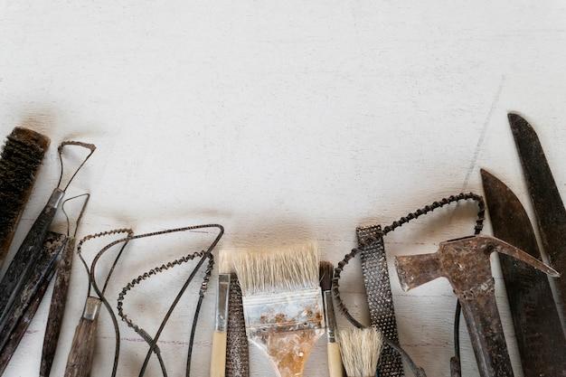 Fundo de quadro abstrato do jogo de ferramentas da escultura. ferramentas de arte e artesanato. Foto Premium