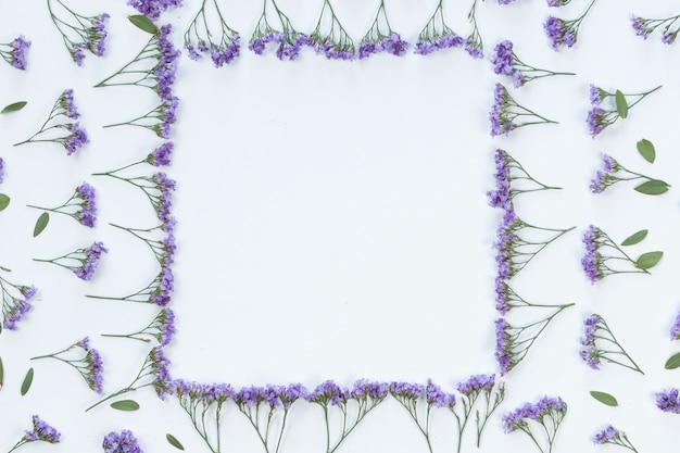 Fundo de quadro de flores e folhas, vista plana, vista superior Foto Premium