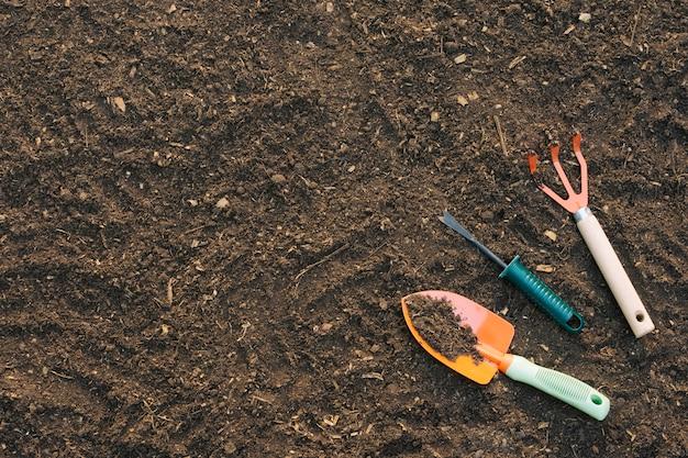 Fundo, de, solo, com, ferramentas, em, jardim Foto gratuita