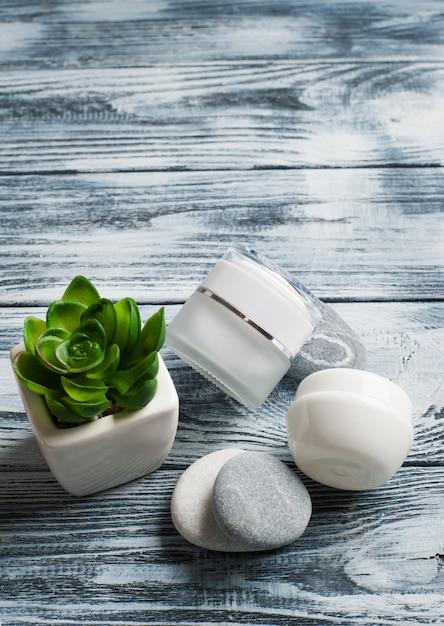Fundo de spa com frascos de cosméticos, pedras Foto Premium