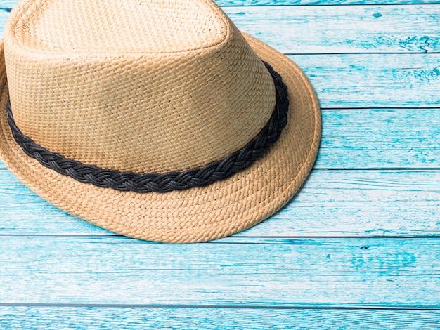 Fundo de verão chapéu de palha bracelets sandals sunglasses seashells on a blue table Foto Premium