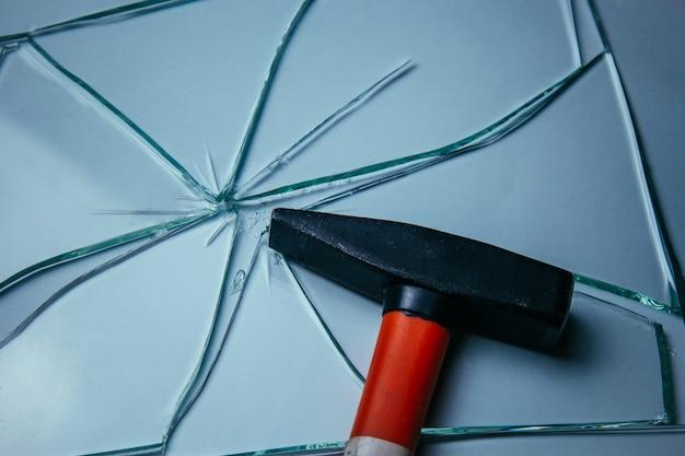 Fundo de vidro quebrado para suas imagens isoladas em branco. muitos fragmentos grandes se espalharam do golpe com um martelo. Foto Premium