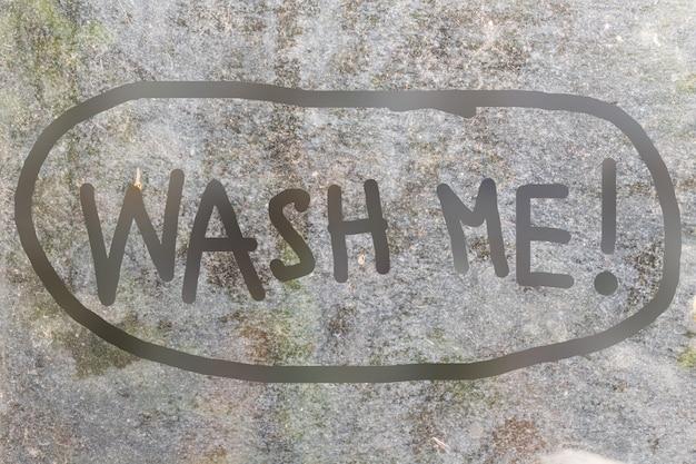 Fundo de vidro sujo com wash me carta manuscrita em estilo doodle Foto Premium