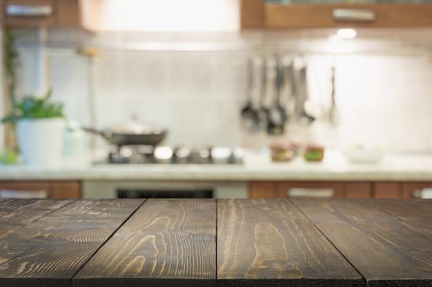 Fundo desfocado abstrato. cozinha moderna com mesa e espaço para exibir seus produtos. Foto Premium