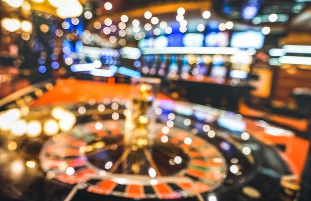 Fundo desfocado borrado de roleta no salão do casino Foto Premium