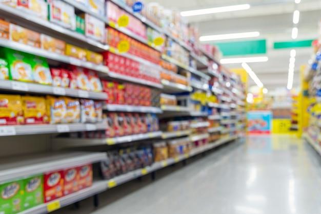 Fundo desfocado do corredor de supermercado com produtos. Foto Premium