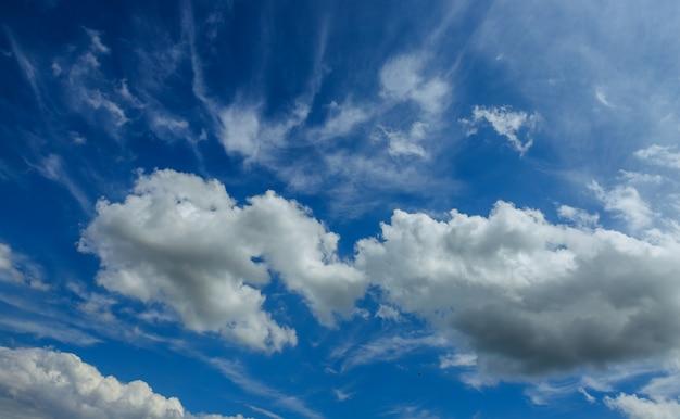 Fundo do céu azul com nuvens dia ensolarado Foto Premium