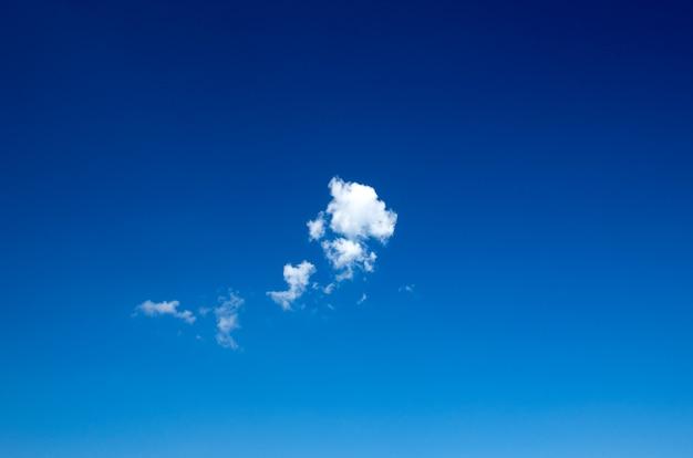 Fundo do céu azul com pequenas nuvens Foto Premium
