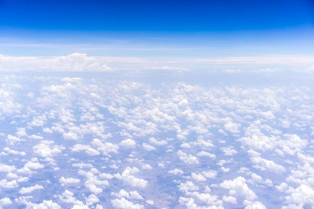 Fundo do céu e nuvens. vista da janela no avião. Foto Premium