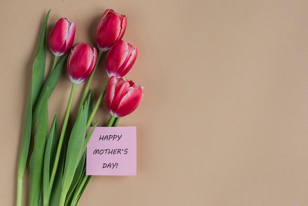 Fundo do dia de mãe com flores e cartão Foto gratuita
