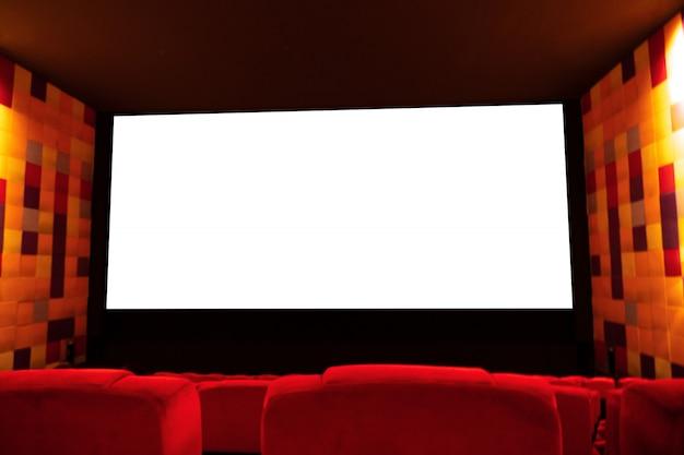 Fundo do salão vazio do cinema ou do teatro com assento vermelho e tela branca vazia para anunciar. Foto Premium