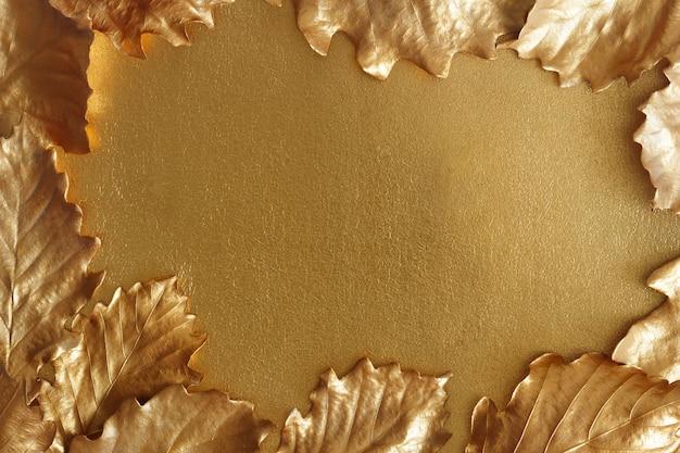 Fundo dourado de outono. as folhas metálicas do carvalho moldam uma superfície brilhante. Foto Premium