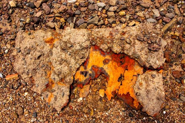 Fundo e textura do aço oxidado na praia. Foto Premium